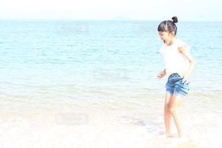 水の体の隣に立っている人の写真・画像素材[3582056]