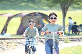 バイクの後ろに乗っている少女の写真・画像素材[3654493]