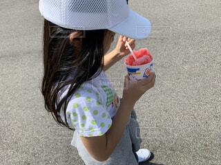 帽子をかぶった小さな女の子の写真・画像素材[3661924]