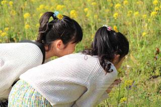 赤ちゃんを抱いている人の写真・画像素材[4214351]
