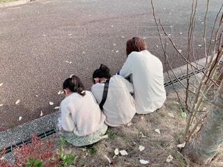 道路の脇に座っている人々のグループの写真・画像素材[4281329]