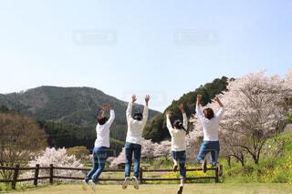 芝生で覆われた畑の上に立つ人々のグループの写真・画像素材[4299788]