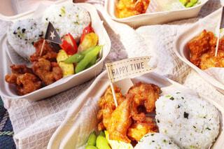 皿の上に異なる種類の食べ物が入った箱の写真・画像素材[4353928]
