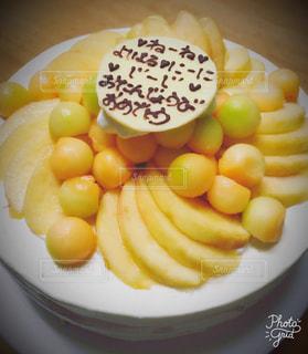 スライスしたバナナなどの果物をのせた白プレートの写真・画像素材[1668261]