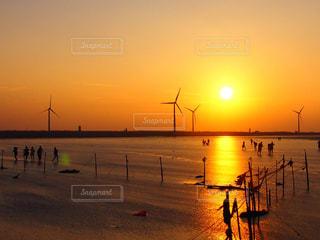空,太陽,夕暮れ,水面,風車,光,台湾,高美湿地,台中
