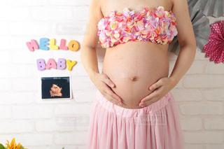 ピンクのドレスの女の子の写真・画像素材[1567734]