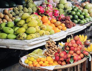 様々 な新鮮な果物や野菜の展示の写真・画像素材[1563401]