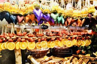 店のディスプレイ上のバナナの束の写真・画像素材[1563419]