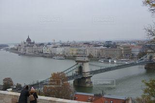 漁夫の砦からくさり橋を眺める恋人たちの写真・画像素材[1593571]