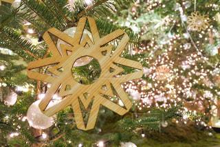 小さな玉ボケに 囲まれたクリスマスツリーの写真・画像素材[2817245]