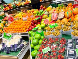 店内いっぱいの果物や野菜たちの写真・画像素材[2820208]