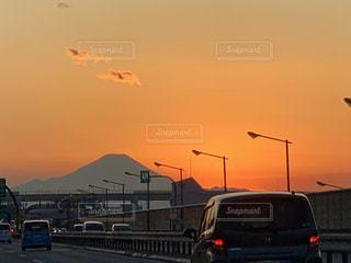 空,富士山,太陽,雲,夕焼け,夕暮れ,車,道路,夕方,山,光,高速道路,雄大,たくさん,お正月,夕陽,ドライブ,車両