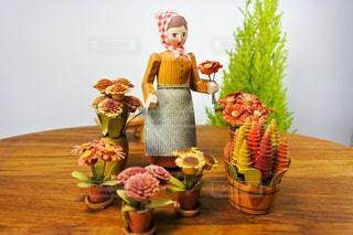 ドイツのヴィンテージ、木の人形と花の写真・画像素材[2876165]