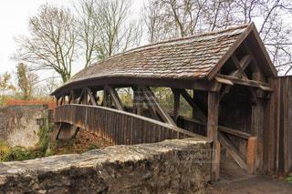屋根のついた古い橋の写真・画像素材[2876283]