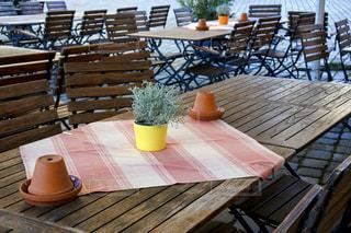 木のテーブルと椅子のある静かなカフェの様子の写真・画像素材[2886114]