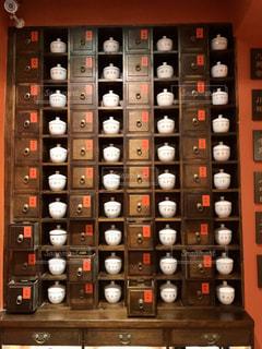 中国茶のお店、たくさんの引き出しのアップの写真・画像素材[2888928]