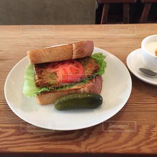 木製のテーブルの上に食べ物のプレートの写真・画像素材[1144969]
