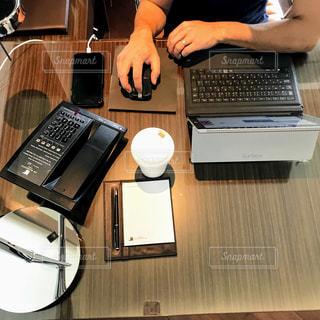 木製テーブルの上に座っている開いているラップトップ コンピューターの写真・画像素材[1557435]
