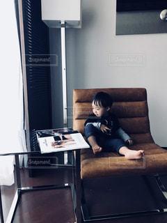 革のソファに座る人の写真・画像素材[1557459]