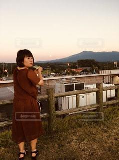 草の上に立っている小さな女の子の写真・画像素材[2382635]