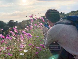 花を持って男は、の写真・画像素材[1591470]