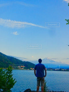 男性,自然,空,富士山,屋外,湖,後ろ姿,水面,山,旅行,パワースポット,青い,河口湖,眺め,希望,パワー,可能性,立ち姿,勇気