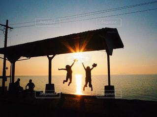 風景,海,空,夕日,絶景,太陽,駅,夕焼け,ジャンプ,影,未来,友情,友達,夢,愛媛,可能性,インスタ映え,伊予灘ものがたり,伊予灘,大洲,日本一海から近い駅