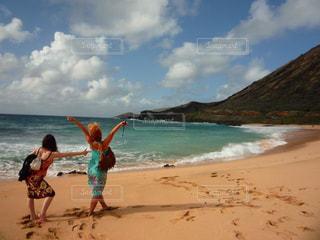 風景,海,空,絶景,屋外,海外,太陽,ビーチ,雲,青空,砂浜,波打ち際,波,アメリカ,景色,観光,楽しい,外国,元気,旅行,未来,ハワイ,Hawaii,beach,happy,ピース,快晴,女子旅,海外旅行,ハッピー,友情,友達,ホノルル,浜,日中,可能性,インスタ映え