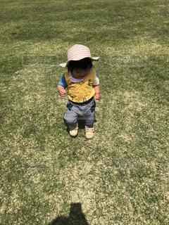 公園,芝生,屋外,晴れ,帽子,散歩,女の子,幼児,レジャー,お散歩,娘,ライフスタイル,おでかけ