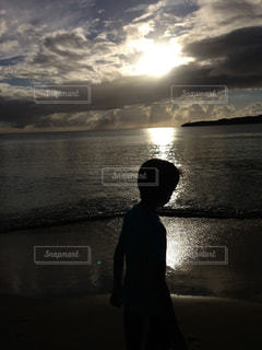 水の体の前に立っている男の写真・画像素材[1567275]
