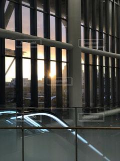 背の高いガラスの建物の写真・画像素材[1567635]