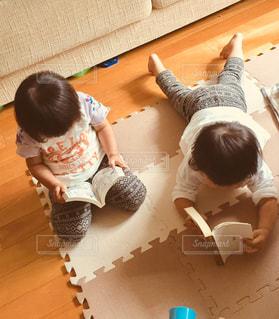 本を読んでいる小さな子供の写真・画像素材[1563072]