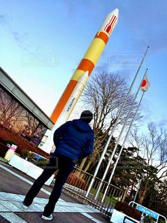 ロケットを見る男の写真・画像素材[1567140]