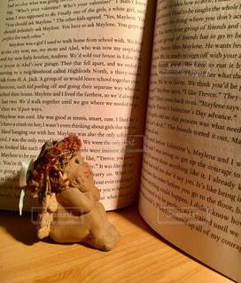 天使も楽しみ読書の秋の写真・画像素材[1575427]