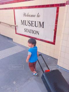 駅,オーストラリア,男の子,海外旅行,乗り換え,キャリーケース,2歳