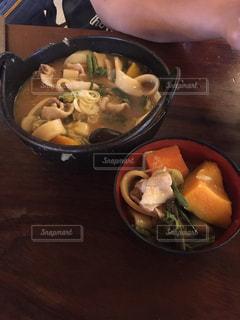 テーブルの上に食べ物のボウルの写真・画像素材[1694303]