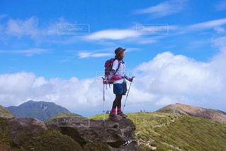岩が多い丘の上に立っている人の写真・画像素材[1565271]