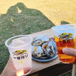 食事,カップル,ランチ,芝生,影,夫婦,ビール,牡蠣,明治神宮外苑,いちょう祭り,レモンチューハイ