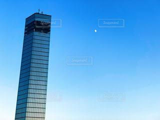青空と白い半月とポートタワー。の写真・画像素材[1631691]