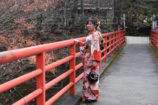フェンスの前に赤い髪立っている人の写真・画像素材[1732455]