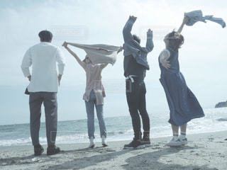 ビーチに立つ人々 のグループの写真・画像素材[1567400]
