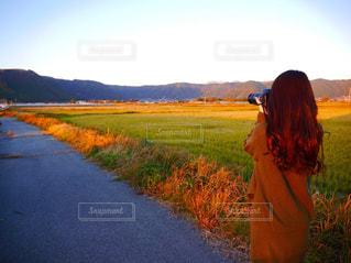 風景,カメラ女子,後ろ姿,夕焼け,背中,後姿,ロングヘアー,畑,熊本県,自然の風景