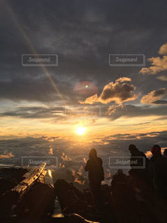 富士山のご来光を迎えた瞬間の写真・画像素材[1568007]