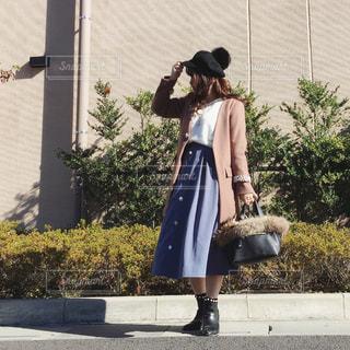 通りを歩きながら女と男の写真・画像素材[1673659]