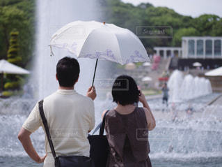 2、3人は傘を持って雨の中に立っているの写真・画像素材[2200376]
