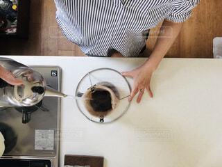 女性,カフェ,コーヒー,屋内,腕,人物,リラックス,人,台所,おうちカフェ,コーヒー豆,ドリンク,ドリップ,おうち,ライフスタイル,シンク,ネルドリップ,ポット,ヤグラ,おうち時間,ネルフィルター