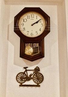 側面に取り付けられた大きな時計の写真・画像素材[4781610]