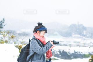 人が雪の中に立っています。の写真・画像素材[1677191]