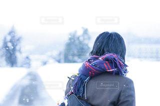 バックパックに立っている人の写真・画像素材[1681903]
