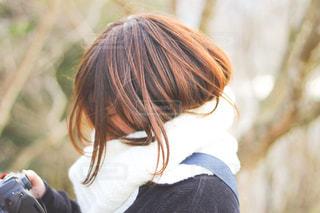 携帯電話で通話中の女性の写真・画像素材[1700914]